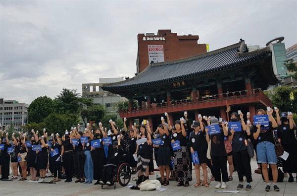 26일 서울 종로구 보신각 앞에서 낙태죄 폐지를 요구하는 여성 125명이 경구용 자연유산 유도약인 '미프진'을 복용하는 퍼포먼스를 하고 있다.