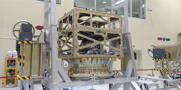 위성 본체의 모습. 위성의 종류에 따라 본체 상단에 올라가는 탑재 장치가 달라질 수 있다.