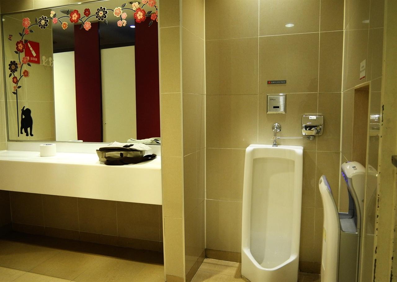 어느 대형마트 여자화장실에 설치된 남자 소변기  서울의 어느 대형마트 여자화장실에 남자소변기가 설치되어 있다. 아직은 혼자 남자화장실에 갈 수 없어, 엄마를 따라 여자화장실에 온 남자어린이용이다