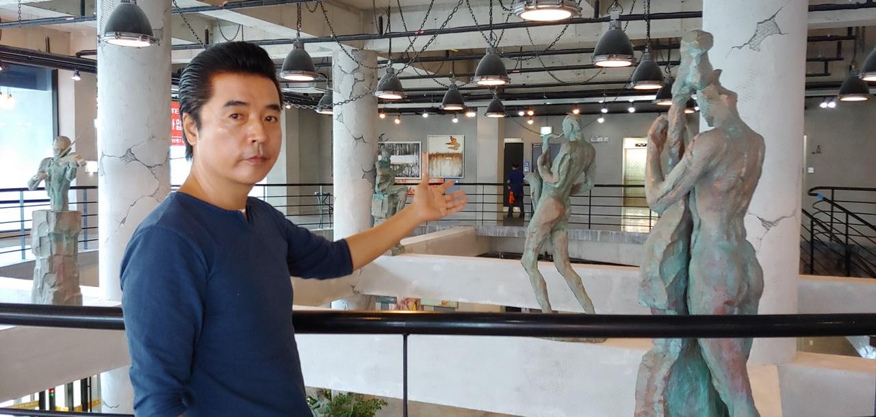 여수예술랜드 김현철 대표의 모습