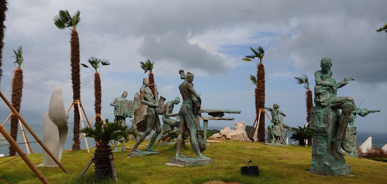 예술가들의 작품이 전시된 조각공원의 모습