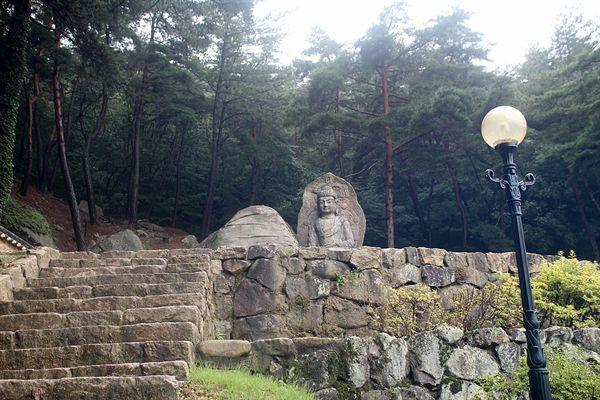 보물 제136호로 지정된 경주 남산 미륵곡 석조여래좌상