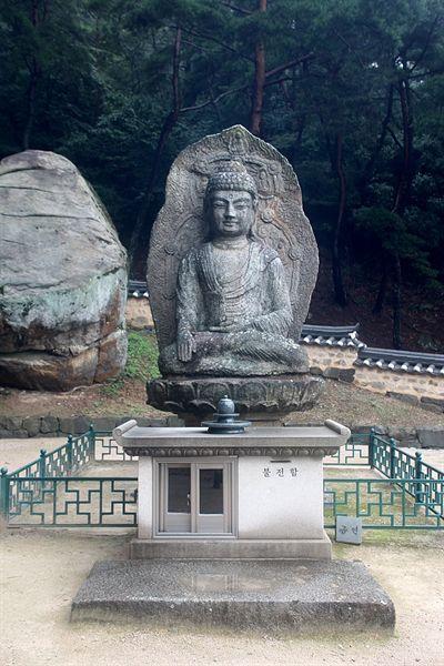 보물 제136호로 지정된 경주 남산 미륵곡 석조여래좌상 정면 모습