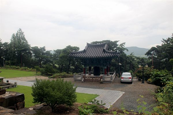 경주 남산 미륵곡 석조여래좌상이 있는 보리사 범종각 모습