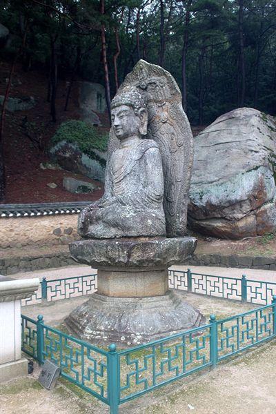 경주 남산 미륵곡 석조여래좌상 측면 모습