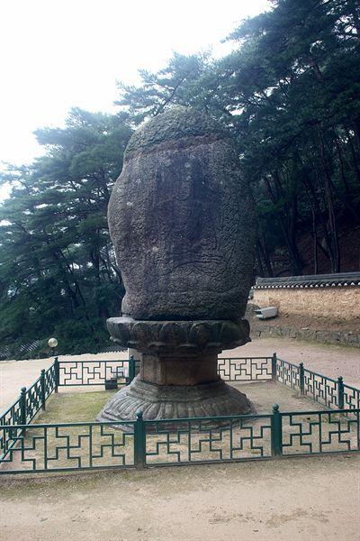 경주 남산 미륵곡 석조여래좌상 뒷면 모습