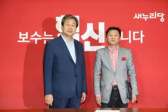 새누리당 기획위원으로 임명된 정성산씨(우)와 김무성 새누리당 대표.