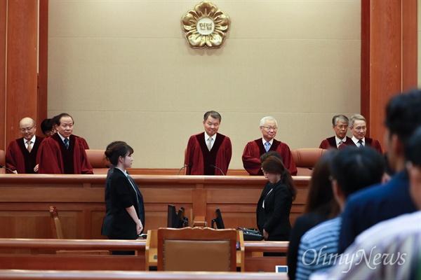 이진성 헌법재판소장과 헌법재판관들이 30일 오후 서울 종로구 헌법재판소 대심판정에 입장하고 있다.
