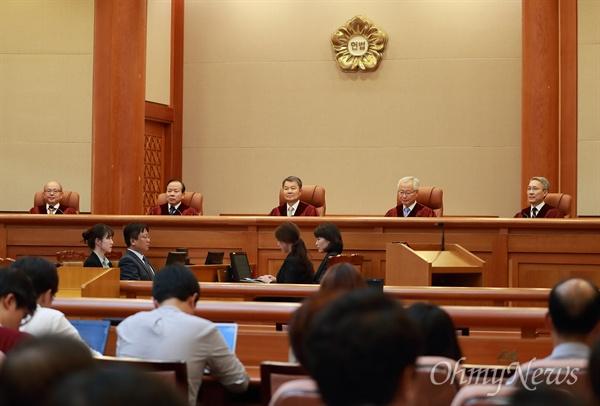 이진성 헌법재판소장이 30일 오후 서울 종로구 헌법재판소 대심판정에 입장해 선고에 앞서 인사말을 하고 있다.