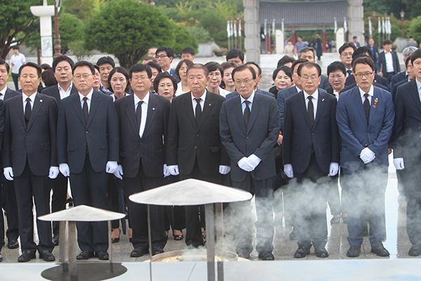 더불어민주당 이해찬 당대표를 비롯한 새 지도부가 30일 광주 국립5·18민주묘지를 참배했다.