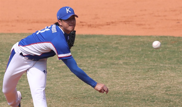 역투하는 최충연 30일 오후(현지시간) 인도네시아 자카르타 겔로라 붕 카르노(GBK) 야구장에서 열린 2018 자카르타·팔렘방 아시안게임 야구 한국 대 일본의 슈퍼라운드 첫 경기. 세번째 투수 최충연이 역투하고 있다.