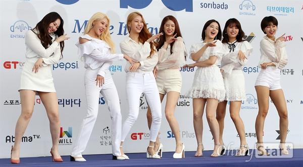 '2018 SOBA' 모모랜드, 바다도 춤출 흥 모모랜드가 30일 오후 서울 방이동 올림픽공원 체조경기장에서 열린 <2018 소리바다 베스트 케이뮤직 어워즈> 블루카펫에서 자신들의 음악에 맞춰 춤을 추며 포즈를 취하고 있다.
