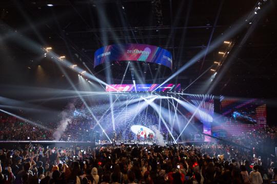 지난해 12월 홍콩에서 열린 2017 엠넷 아시안 뮤직 어워드(MAMA). 해외 개최로 비판을 받아왔던 MAMA가 올해는 9년 만에 한국에서도 행사가 열린다.