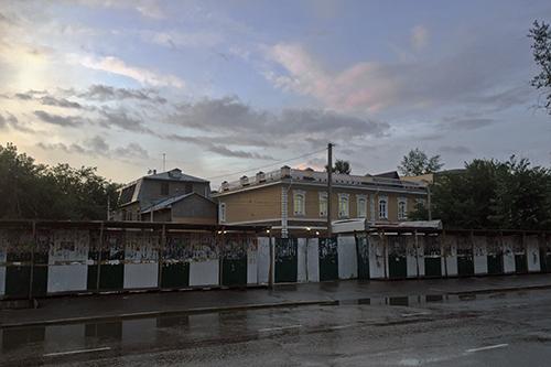 아직 비가 다 마르지 않은 이르쿠츠크의 길