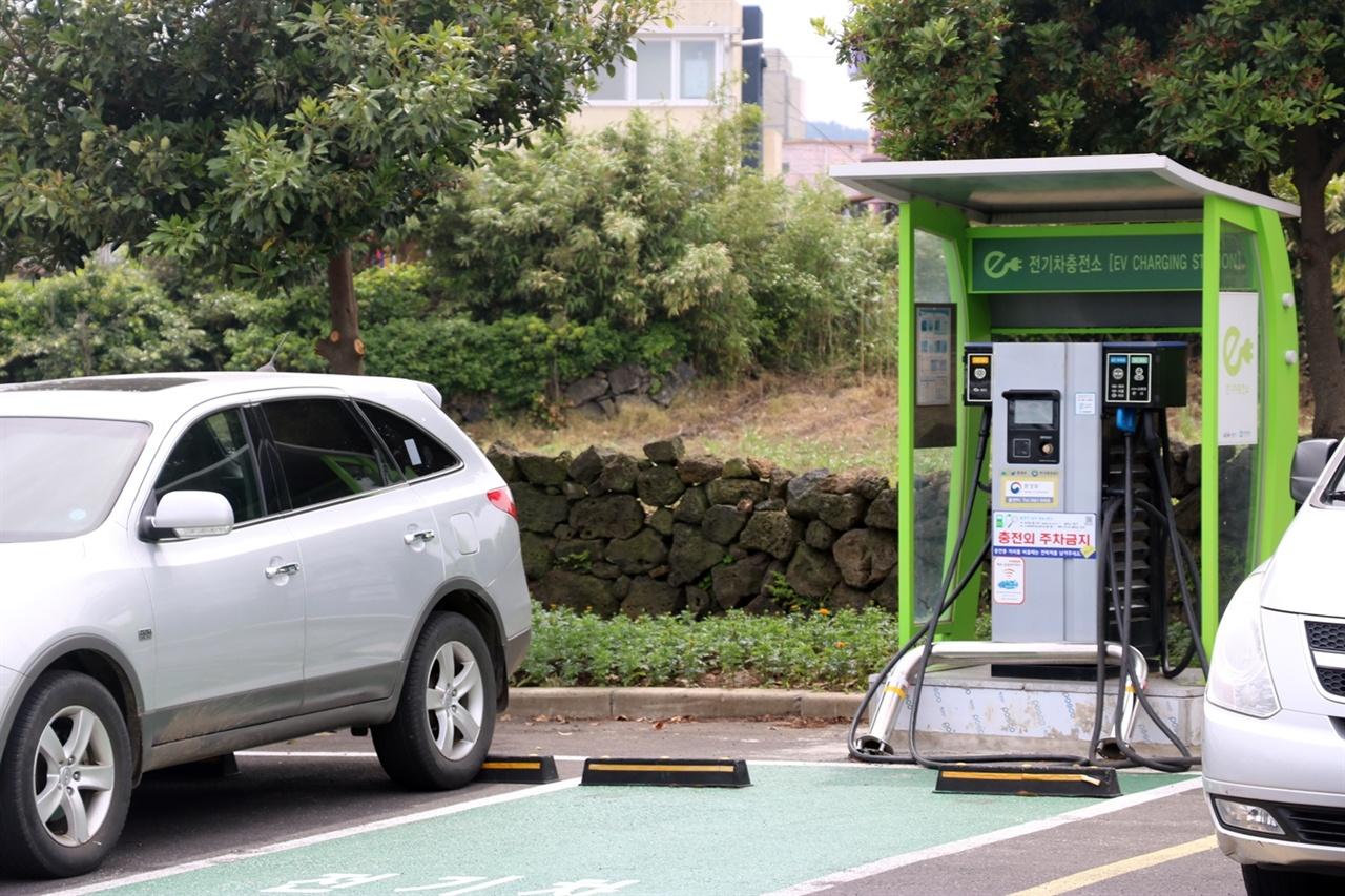 교통약자들이 사용하기 어려운 기존 전기차충전기