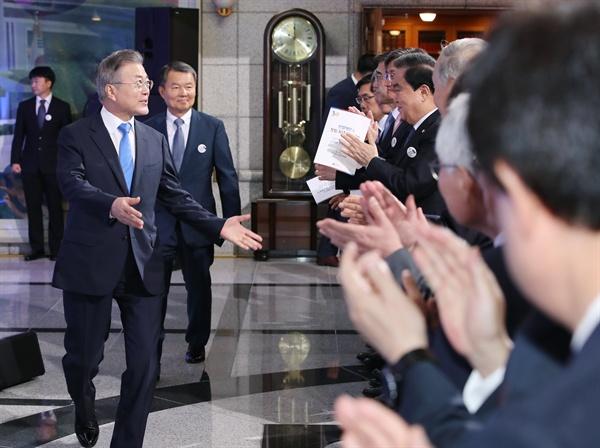 박수 받으며 입장하는 문 대통령 문재인 대통령이 31일 오전 서울 종로구 헌법재판소에서 열린 창립 30주년 기념식에서 문희상 국회의장, 김명수 대법원장 등 내빈들의 박수를 받으며 입장하고 있다.