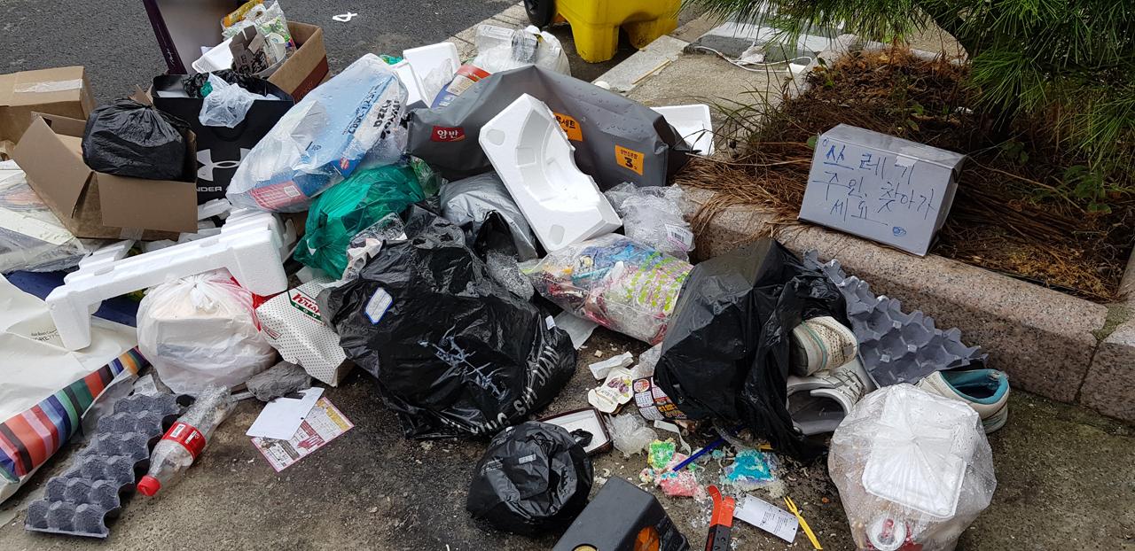 쓰레기로 아수라장 된 태안읍 원룸촌 충남 태안읍의 한 원룸 앞 모습. 온통 불법으로 투기된 쓰레기들 뿐이다. 심지어 신발까지 보인다.