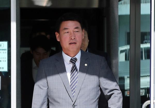 법정 나서는 황영철 의원 정치자금법 위반 등의 혐의로 기소된 황영철 의원(자유한국당)이 31일 춘천지법에서 열린 재판을 마치고 법정을 나서고 있다.