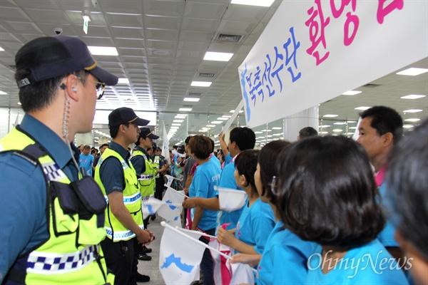 9월 1일부터 열리는 창원세계사격선수권대회에 출전하는 북측선수단를 응원하기 위해 조직된 '아리랑 응원단'이 8월 31일 오전 김해국제공항 입국장에 모여 있는 가운데, 경찰이 한때 그 앞에 섰다가 철수하는 상황이 벌어졌다.