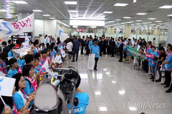 9월 1일부터 열리는 창원세계사격선수권대회에 출전하는 북측선수단를 응원하기 위해 조직된 '아리랑 응원단'이 8월 31일 오전 김해국제공항 입국장에 모여 있다.