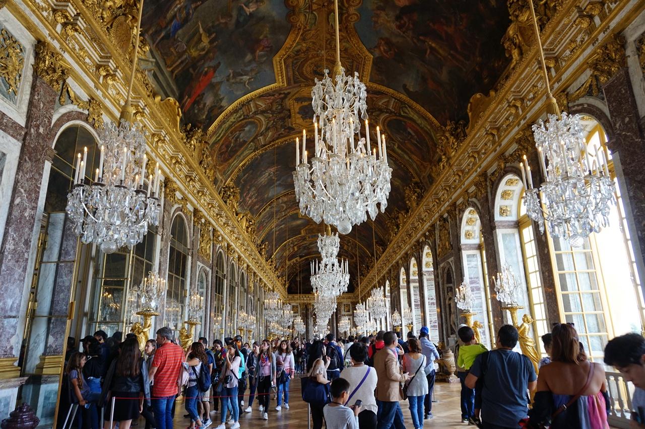 거울의 회랑 전장이 73m나 이어지는 휘황찬란한 이곳은 파리강화회의가 열렸던 장소로도 유명하다.