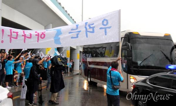 9월 1일부터 열리는 창원세계사격선수권대회에 출전하는 북측선수단이 8월 31일 오전 김해국제공항을 통해 입국한 가운데, '아리랑 응원단'이 환영하고 있다.