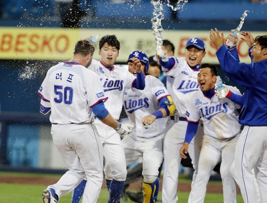 러프의 끝내기 홈런을 축하하는 삼성 선수단