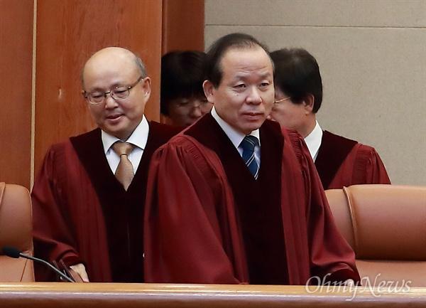30일 오후 서울 종로구 헌법재판소 대심판정에 안창호, 김이수 헌법재판관이 입장하고 있다.