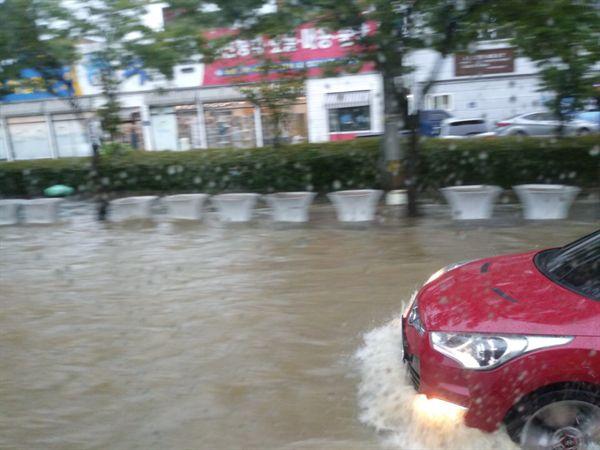 광주에는 다시 폭우가 쏟아져 침수 피해가 잇따르고 있다.