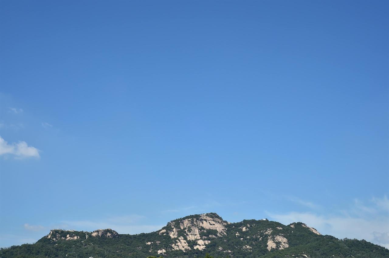 며칠 동안 쏟아지던 비가 그친 31일 오후 서울 인왕산 위로 파란 가을하늘이 펼쳐져 있다. 2018.08.31