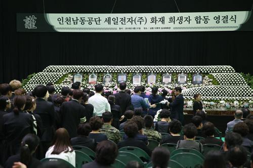 31일 오전 10시 인천 남동다목적 실내체육관에서 '인천남동공단 세일전자(주) 화재 희생자 합동 영결식'이 진행되는 중 유가족들이 헌화를 하고 있다.