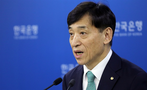 31일 오전 한국은행에서 이주열 총재가 금융통화위원회 결과에 대한 브리핑을 하고 있다.