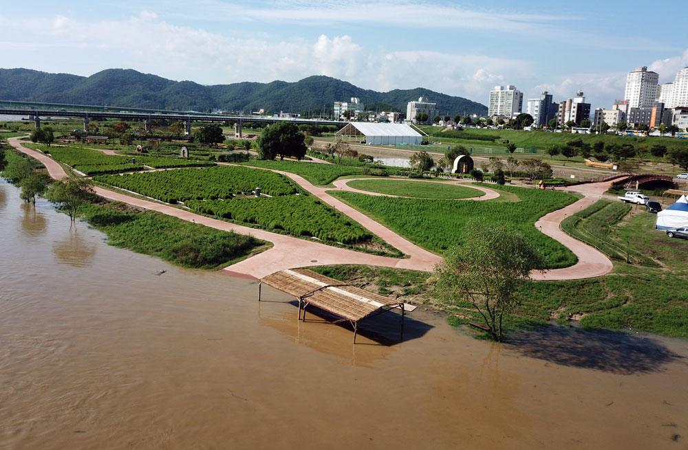 드론을 띄워 바라본 금강은 온통 흙탕물이 범람한 가운데 미르섬(하중도)의 일부 시설물이 침수되고 있다.