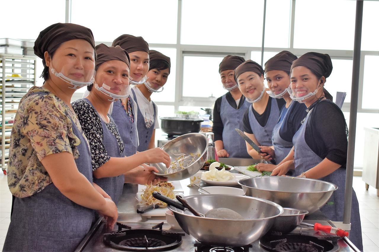 """""""요리도 배우고 희망도 자라고"""" 중국, 필리핀, 라오스, 태국에서 온 결혼이주여성들은 지난 4월부터 국가별 테마요리 아이템을 선정해 요리를 배우고 레시피를 완성하며 취창업을 준비하고 있다."""