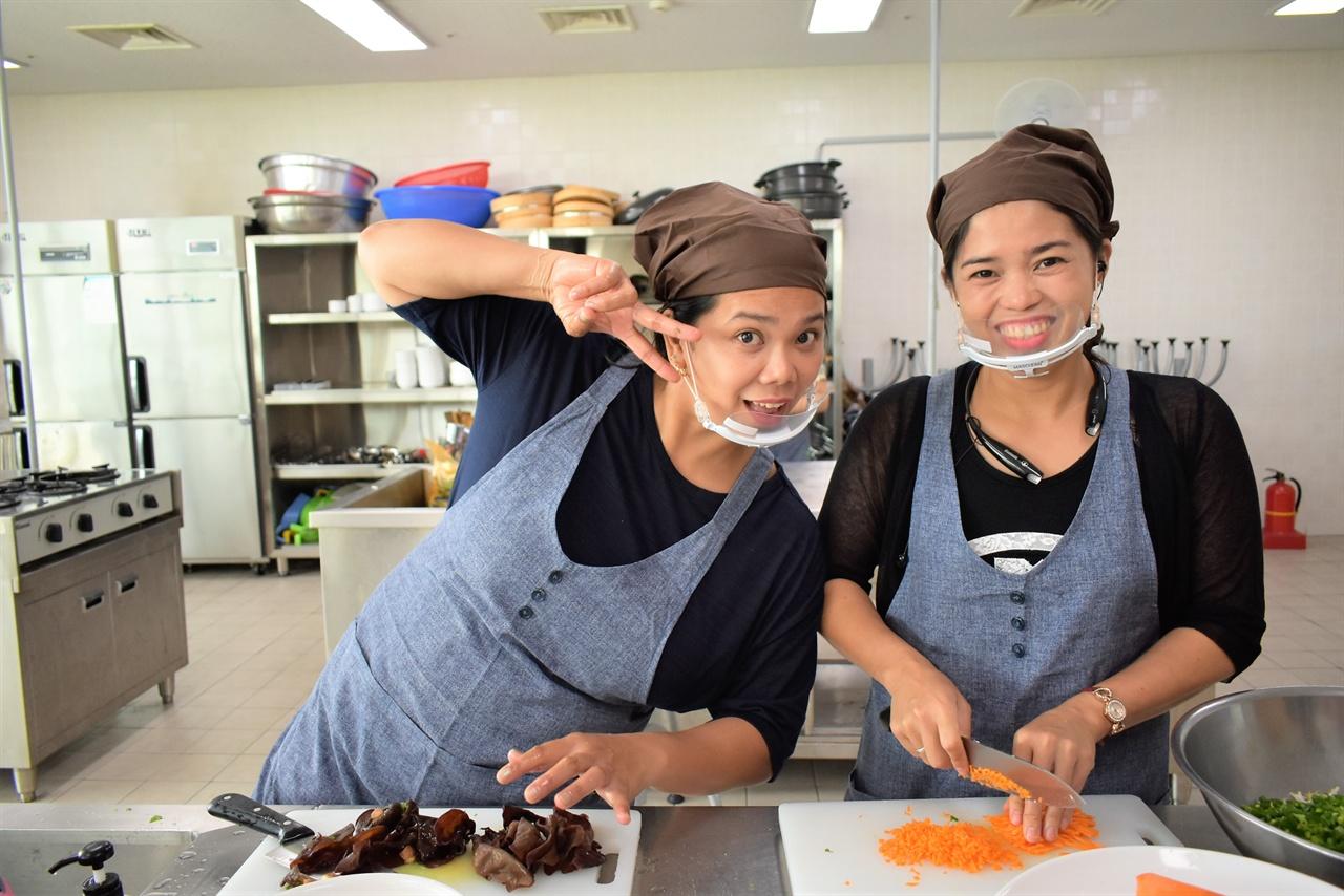 """""""요리 배우며 자신감이 커졌어요"""" 안산시다문화가족지원센터는 국가별 테마요리 아이템을 선정해 레시피 작성과 시장 조사 등을 통해 창업 또는 취업을 할 수 있도록 돕고 있다."""