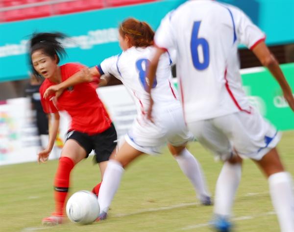 31일(현지시간) 인도네시아 팔렘방 자카바링 스포츠 시티 겔로라 스리위자야 경기장에서 열린 2018 자카르타-팔렘방 아시안게임 여자축구 동메달 결정전 한국과 대만의 경기에서 4대0 승리를 거둔 이민아가 드리블 돌파를 시도하고 있다.