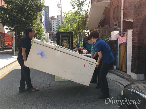 서울 은평구 응암3동이 기습적인 폭우로 침수피해를 본 가운데, 자원봉사자들이 피해복구 작업을 하고 있다.
