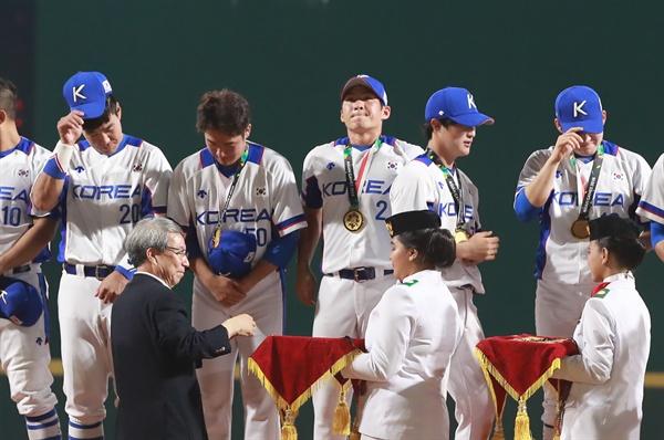 한국 야구, AG 금메달 1일 오후 (현지시간) 인도네시아 자카르타 겔로라 붕 카르노(GBK) 야구장에서 열린 2018 자카르타-팔렘방 아시안게임 결승 한국과 일본의 경기에서 한국 선수들이 우승한 뒤 정운찬 KBO 총재로부터 금메달을 받고 있다.