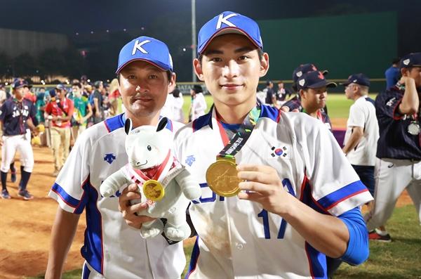 아빠와 아들, 둘 다 AG 금메달 1일 오후 (현지시간) 인도네시아 자카르타 겔로라 붕 카르노(GBK) 야구장에서 열린 2018 자카르타-팔렘방 아시안게임 결승 한국과 일본의 경기에서 3-0으로 승리하며 우승을 차지한 한국 이정후와 이정후의 아버지 이종범 주루코치가 금메달을 들고 기념촬영을 하고 있다.