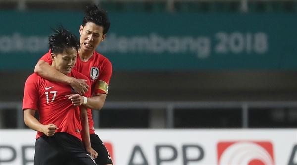 이승우와 손흥민 1일 오후(현지시간) 인도네시아 자와바랏주 보고르 치비농의 파칸사리 스타디움에서 열린 2018 자카르타·팔렘방 아시안게임 남자축구 결승전 한국과 일본의 경기.