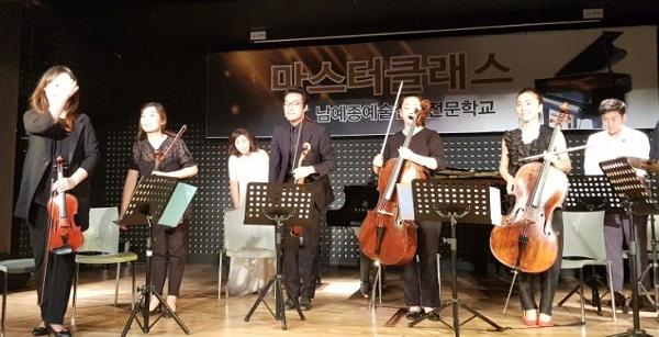 앙상블 공연 초연인 앙상블 공연을 끝내고 출연자들이 인사를 하고 있다.