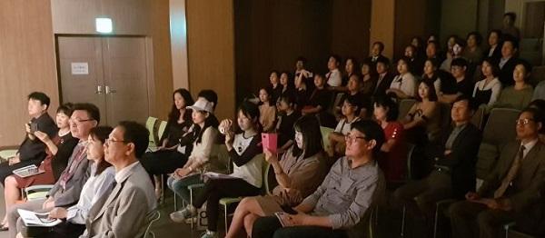 관객 관객들이 '마스터 클래스' 공연을 관람하고 있다.
