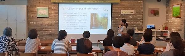 강연 강성미 유기농문화센터 원장이 '제철 채소와 오행밥상'에 대해 강연을 하고 있다.