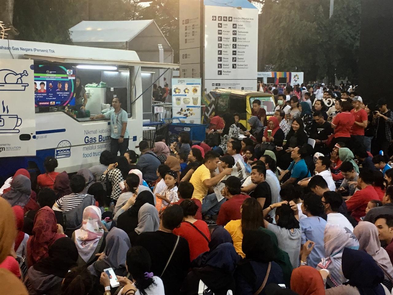 경기장에 입장하지 못한 사람들이 겔로라 붕 카르노(GBK) 내에 설치된 TV나 전광판을 통해 경기를 관람하고 있다.