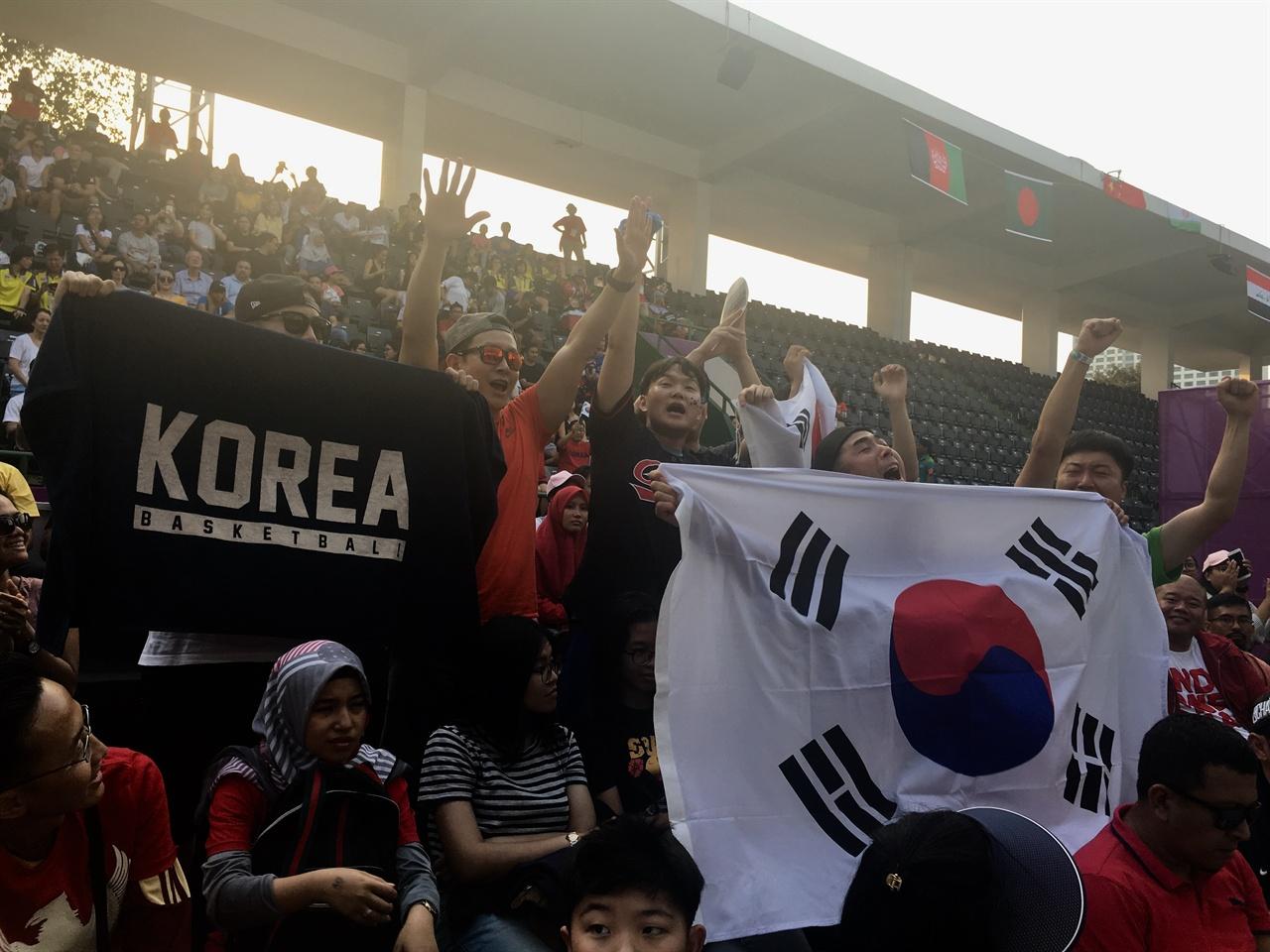 겔로라 붕 카르노(GBK) 3X3 농구장에서 대한민국을 응원하는 한국인의 모습이다.