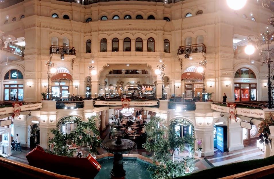 모스크바 굼 백화점 한때 이곳이 코민테른의 본거지였다는 것이 믿겨지지 않을 만큼 화려함의 극치를 자랑한다.