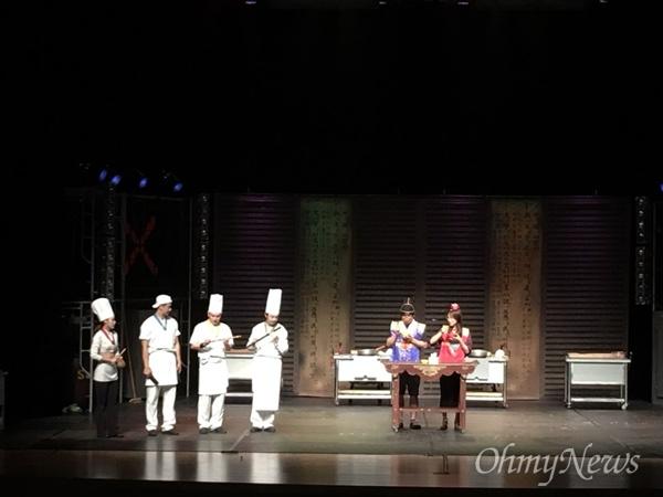 <난타>는 한국의 전통가락인 사물놀이 리듬을 소재로 주방에서 일어나는 일들을 코믹하게 그린 작품이다.