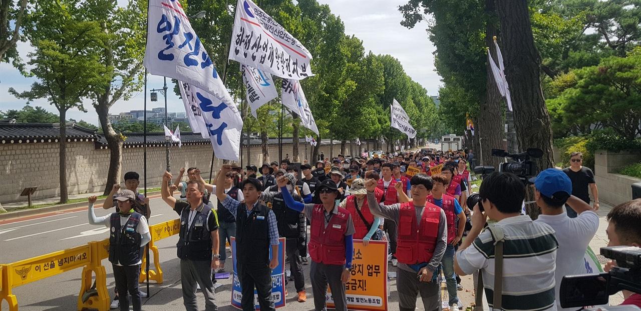 연대회의 소속 노동자들이 문재인 정부가 정규직화 약속을 신급히 이행하라고 촉구하고 있다.