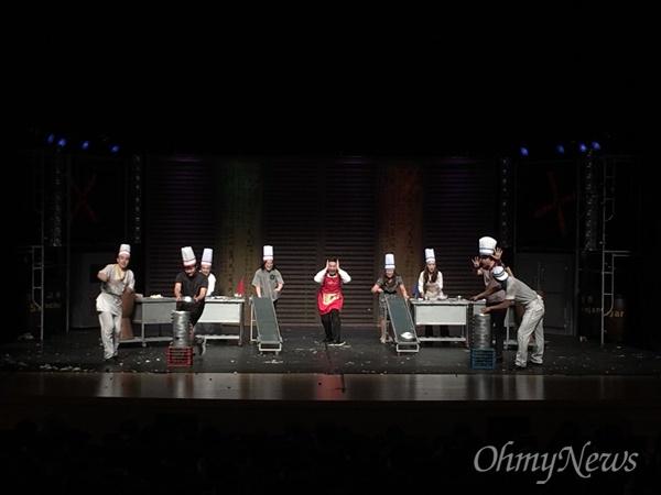 이번 교원 힐링데이에는 송승환의 오리지널 <난타> 공연팀이 출연해 역동적인 리듬과 환상적인 퍼포먼스로 공연을 관람한 인천시 교원들의 큰 호응을 얻었다.