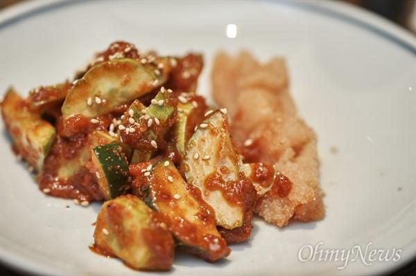 서울 광화문국밥의 명란 오이무침. 참기름 한 방울을 뿌리면 향도 좋지만, 영양도 풍부하게 만들어준다.